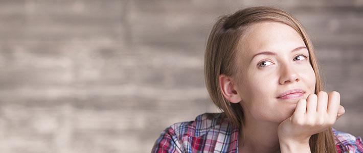 eine junge Frau überlegt